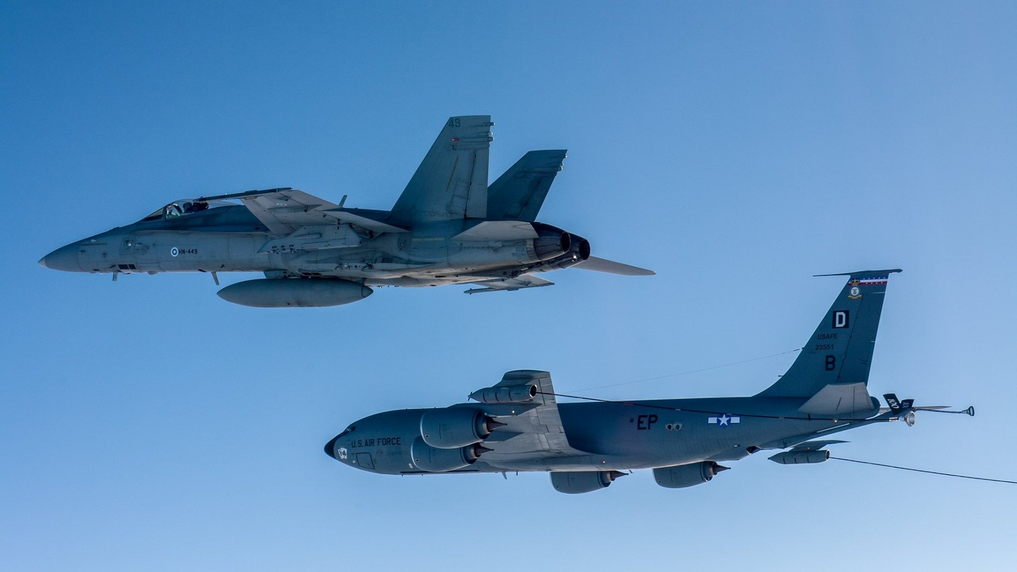 Finnish F/A-18C flies alongside USAF KC-135 [Suomen Ilmavoimat]